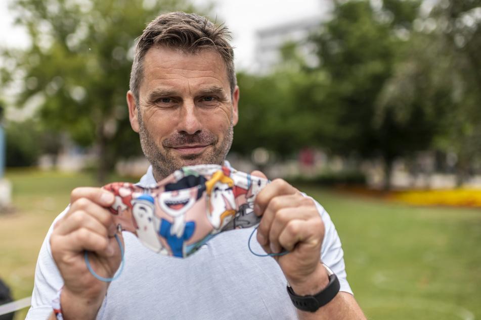 Veranstalter Ralf Schulze (53) zeigt eine Maske im Parksommer-Design.