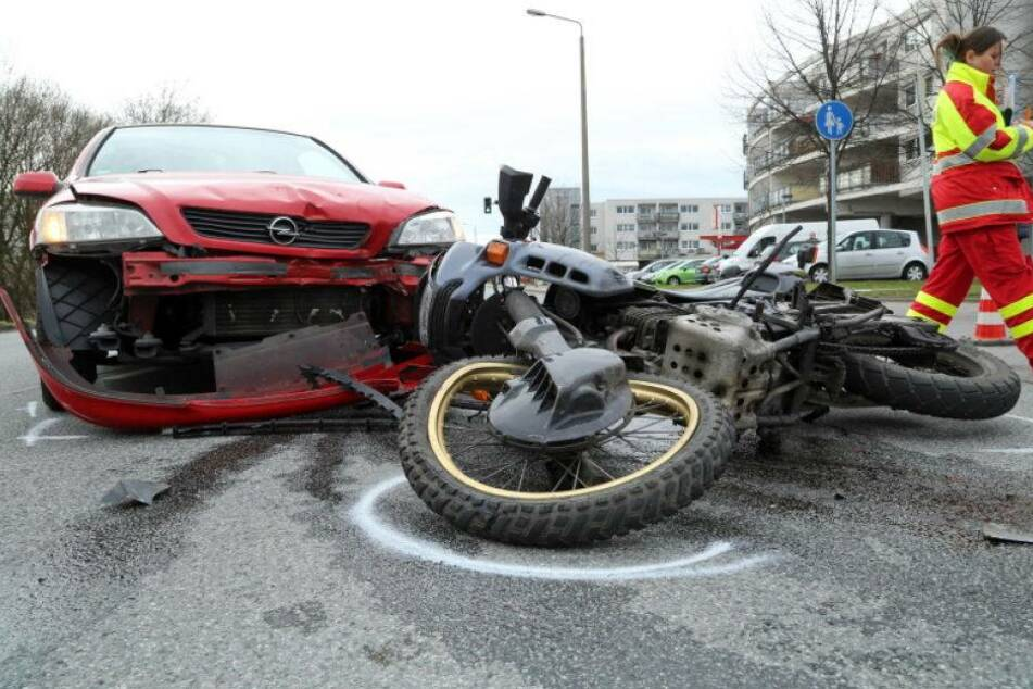 Motorrad kracht frontal in Opel