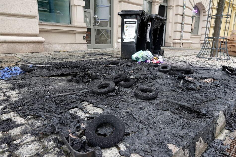 Zehn Müllbehälter brannten an der Markthalle. Die Kripo schließt eine polizeibekannte 21-Jährige als Täterin nicht aus.