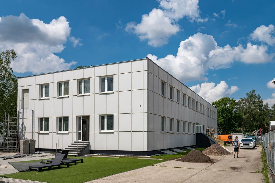 """Wirkt von außen eher unscheinbar: das neue Dresdner Bordell """"Imperial"""". Hinterm Haus verlustieren sich drei Pfauen."""