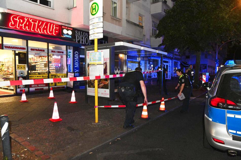 Polizeibeamte sperren den Tatort rund um den Spätkauf in der Müllerstraße in Berlin-Wedding ab.