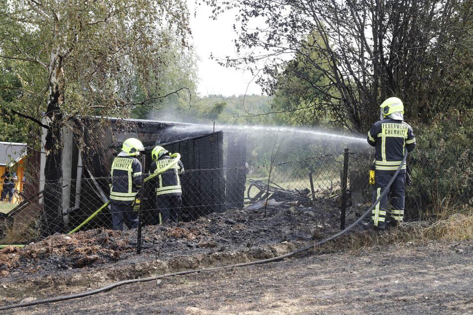 Feldbrand greift auf Laube über: Feuerwehreinsatz in Chemnitz