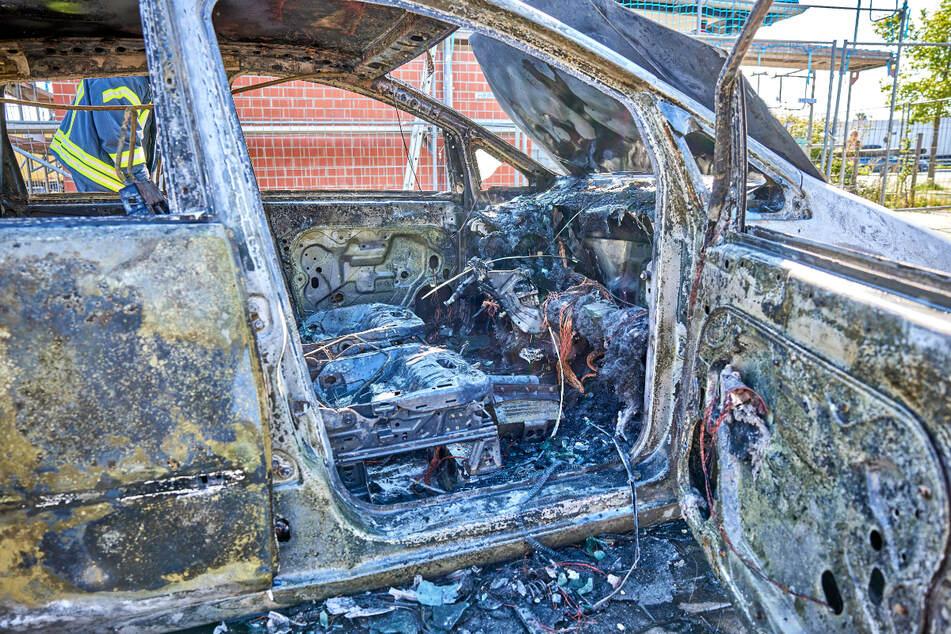 Das Auto brannte trotz Löscharbeiten der Feuerwehr vollständig aus.