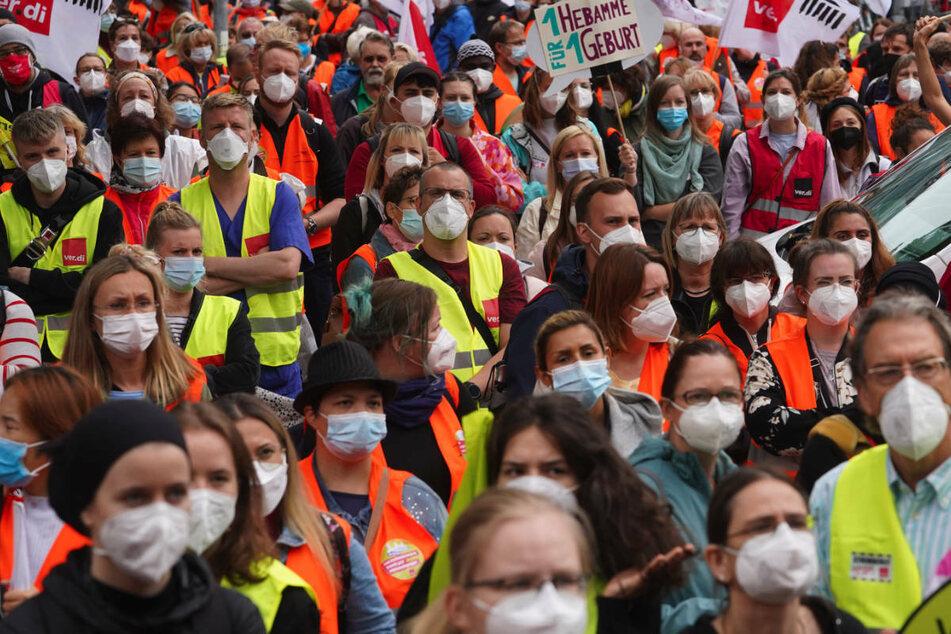 Zahlreiche Pflegekräfte nehmen am 25. August an einer Kundgebung vor der Vivantes-Zentrale teil. Im Falle eines erneuten Streiks hat der Konzern mit einem Verhandlungs-Stopp gedroht.