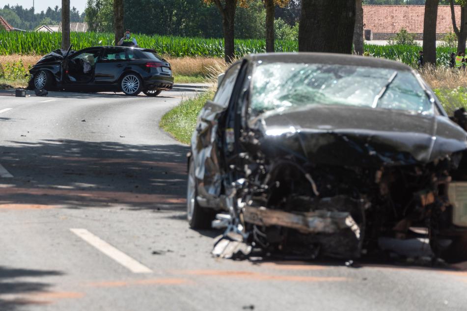 Die Unfallfahrzeuge stehen völlig demoliert auf der Straße.