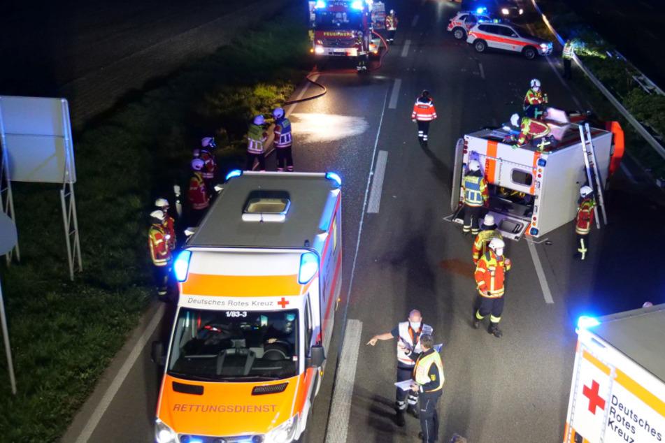 Krankenwagen kippt nach Unfall auf die Seite: Personal und Patientin eingeklemmt!