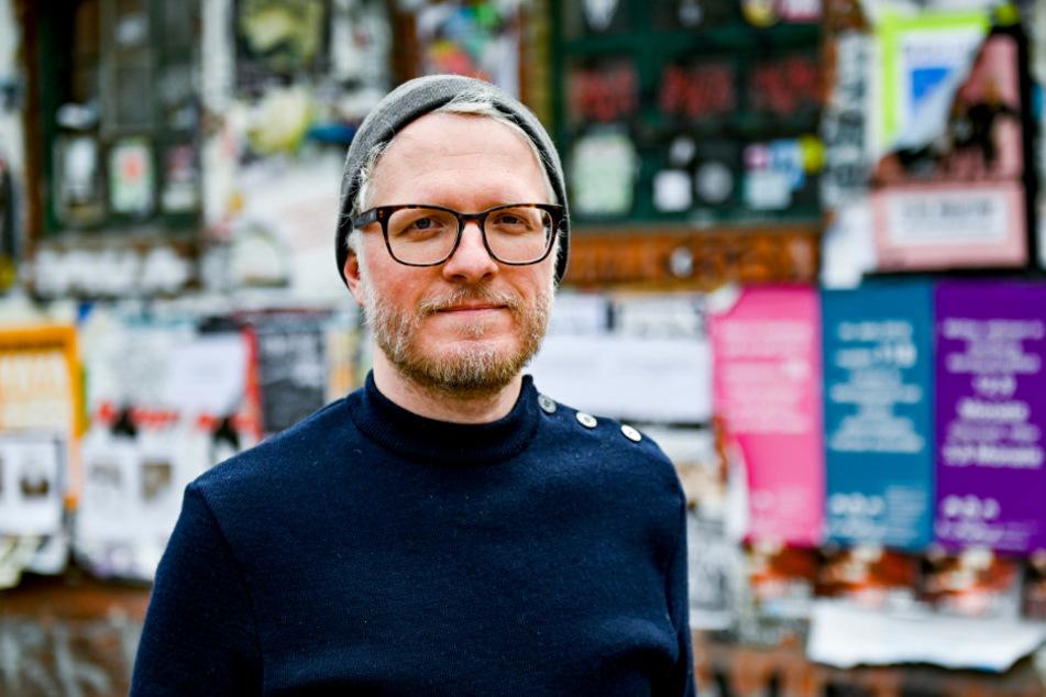 Daniel Beskos, Mitveranstalter des Indiebookday, einem Aktionstag zur Unterstützung kleiner unabhängiger Verlage, steht im Schanzenviertel vor einer Buchhandlung.