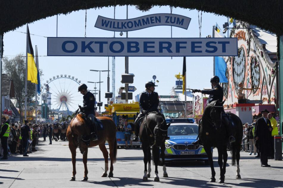 Berittene Polizisten stehen vor dem Eingang zum Oktoberfest. (Symbolbild)