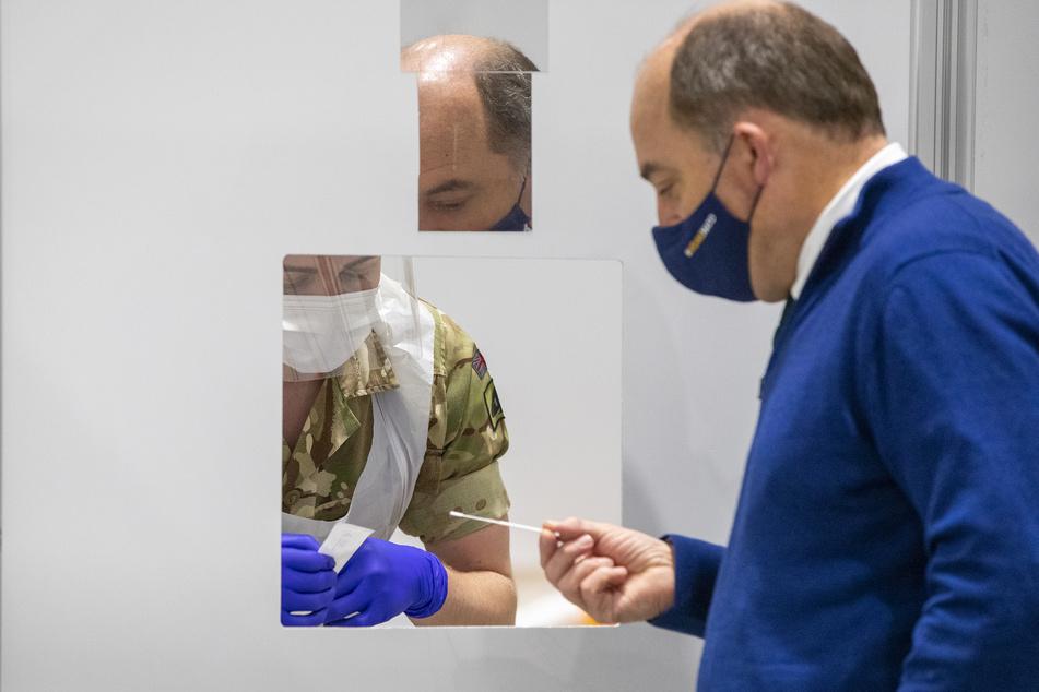 Ben Wallace (51, r.), Verteidigungsminister von Großbritannien, bei dem Besuch einer Covid-19-Teststation in Liverpool.