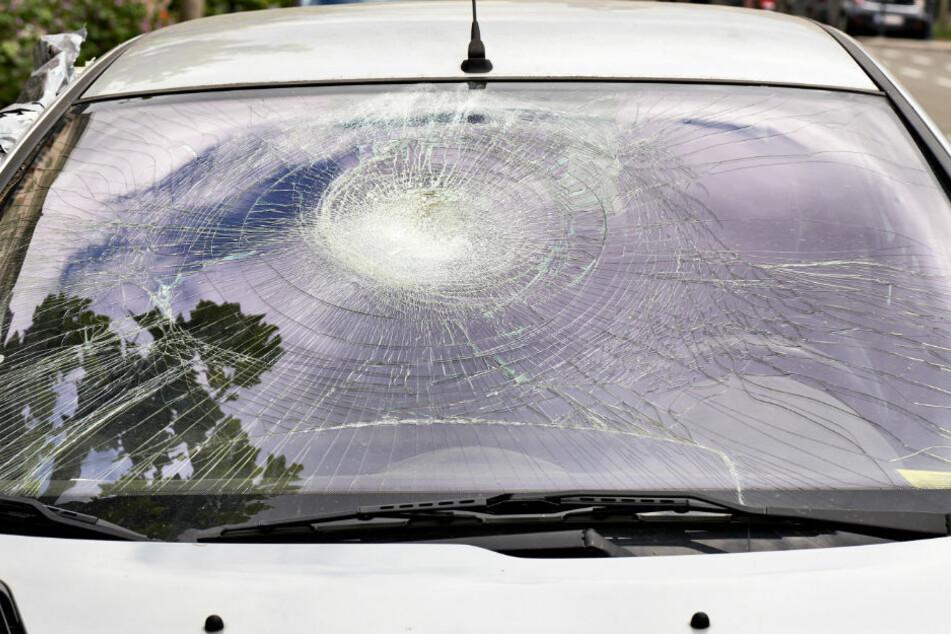 Fußgänger von Auto erfasst: Schwere Kopfverletzungen