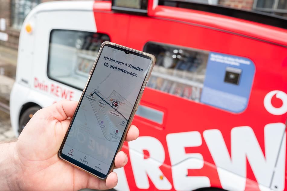 """In einer App lässt sich die Route des """"Snack Mobil"""" verfolgen. Bezahlt wird kontaktlos, zum Beispiel mit dem Smartphone."""