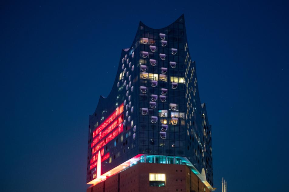 """Mit der leuchtenden Fassade der Elbphilharmonie soll im Rahmen der Aktion """"Night of Light"""" auf die schwierige Lage Veranstaltungsbranche in der Corona-Krise hingewiesen werden."""
