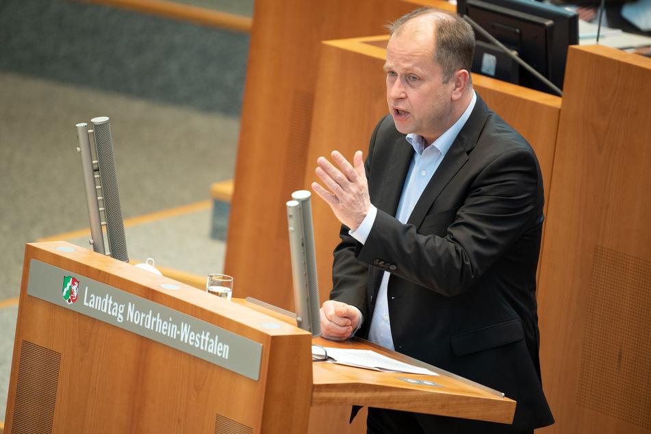 Joachim Stamp (50, FDP), stellvertretender Ministerpräsident, warnt vor einer härteren Gangart bei Corona.