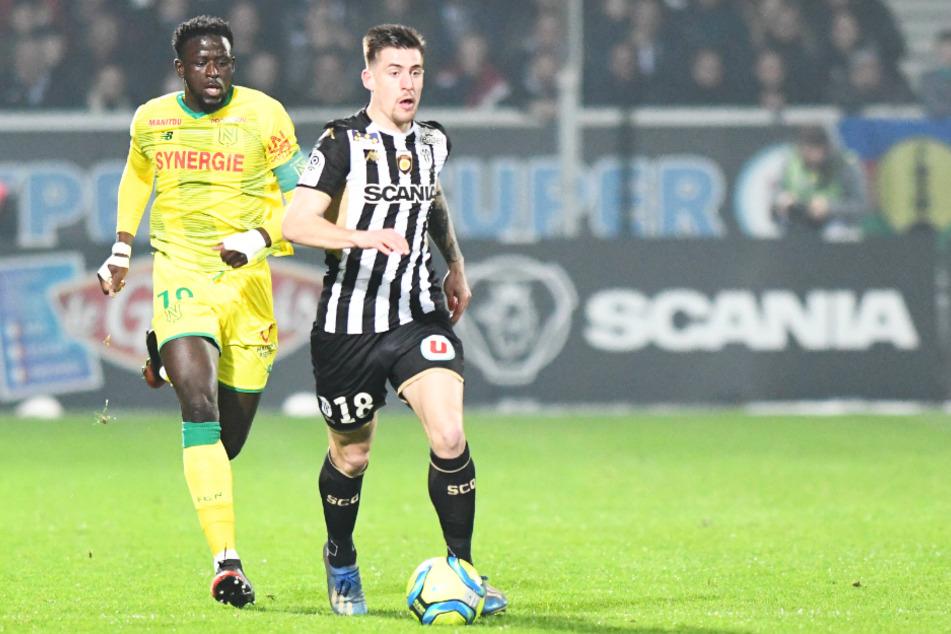 Baptiste Santamaria (r.) ist der neue Rekordeinkauf des SC Freiburg. Er soll dem defensiven Mittelfeld Stabilität und Struktur verleihen.