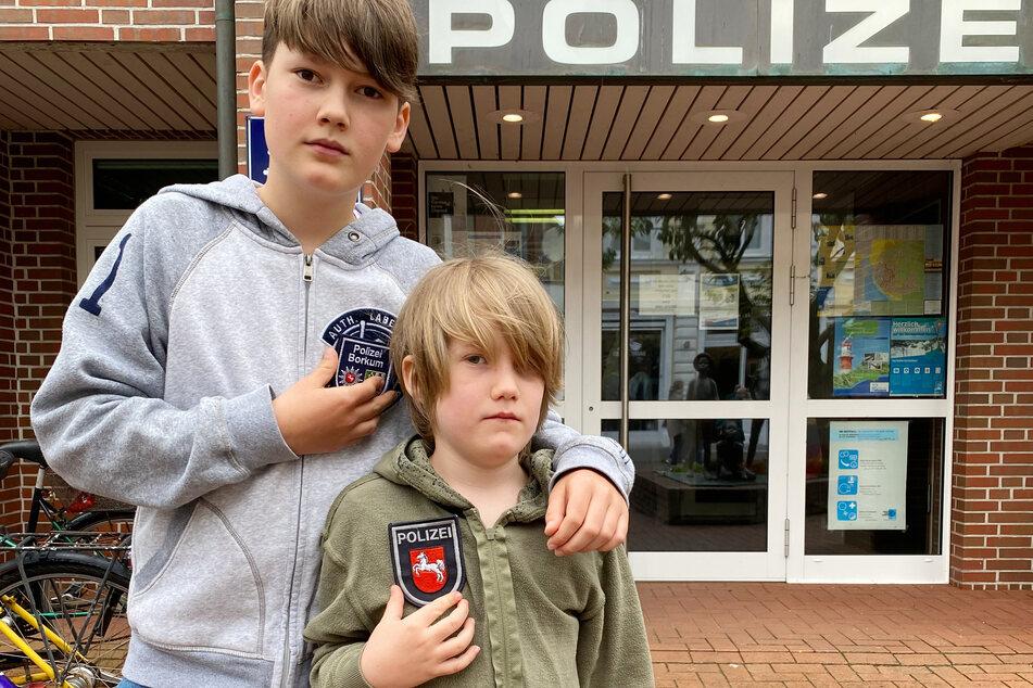 Der 12-jährige Willi (l.) steht vor der Polizeistation auf Borkum. Er hatte nach Angaben der Polizei im Juli einen Mann bei einem Diebstahl beobachtet und diesen auf der Flucht von der Promenade in die Dünen verfolgt.