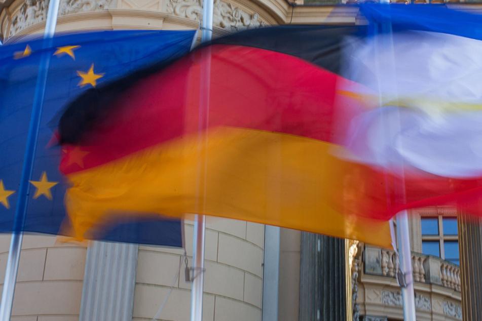 Vor dem Schweriner Landtag wehen die Flaggen der EU, Deutschlands und Mecklenburg-Vorpommerns.