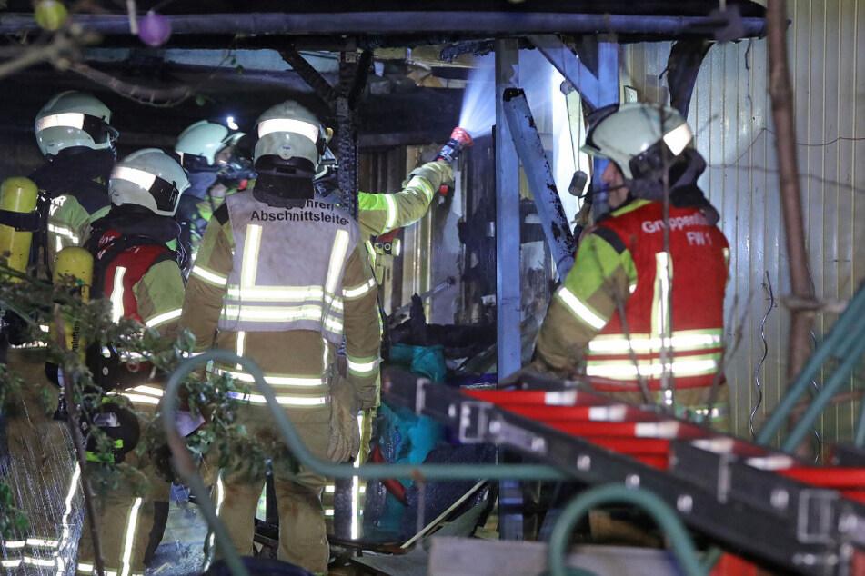 Die Einsatzkräfte mussten einen Pavillon und zwei Lauben von dem Brand befreien.