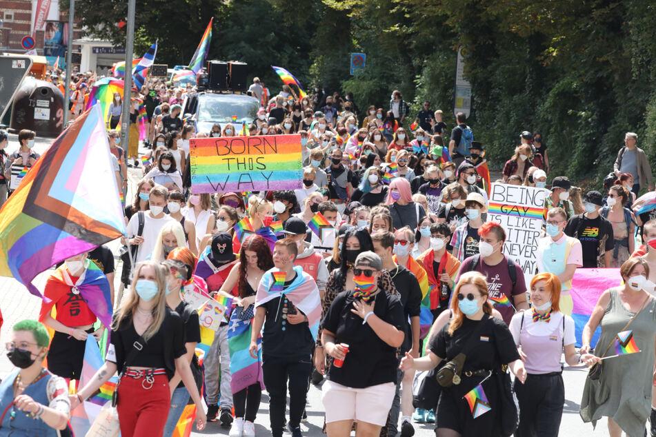 Mit Regenbogenfarben, Fahnen und Plakaten zogen über 1000 Menschen beim Christopher Street Day durch Jena.