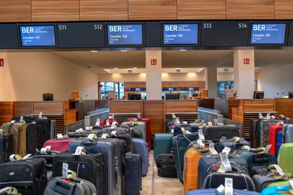 Viele Reisekoffer stehen zu Testzwecken vor Check-in-Schaltern im Terminalgebäude des Hauptstadflughafens Berlin Brandenburg Willy Brandt (BER).(Archivbild)