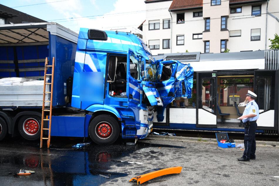 Lkw und Straßenbahn stoßen zusammen: Bahn entgleist