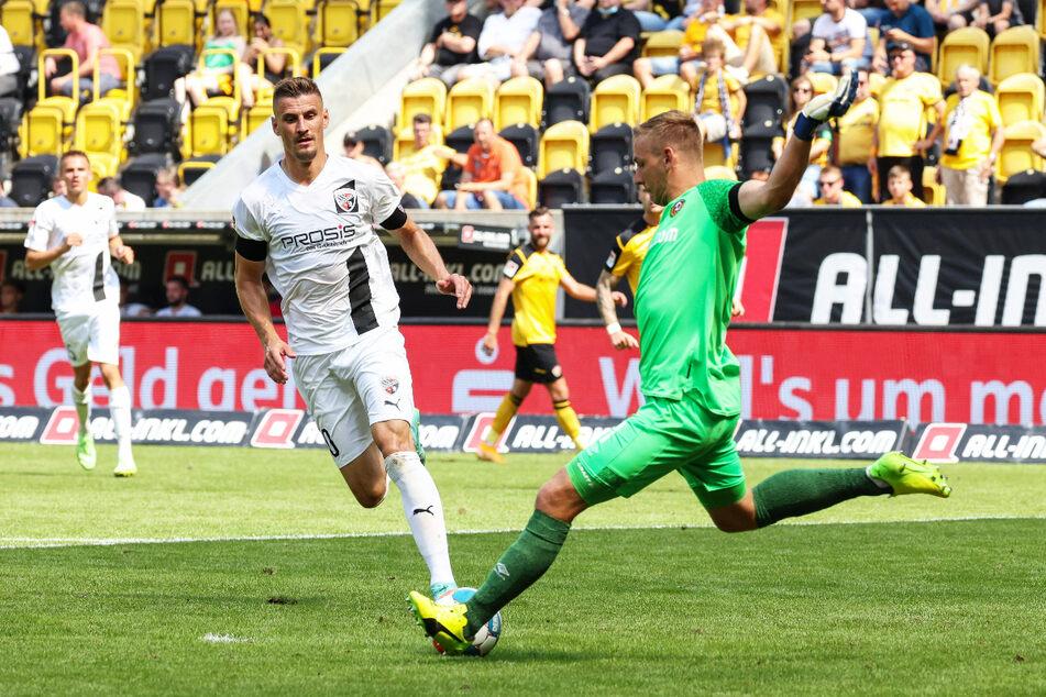 Kevin Broll (25, r.) klärt vor Stefan Kutschke (32, 2.v.l.) mit dem Fuß. Zu halten hatte Dynamos Torwart nicht so viel.