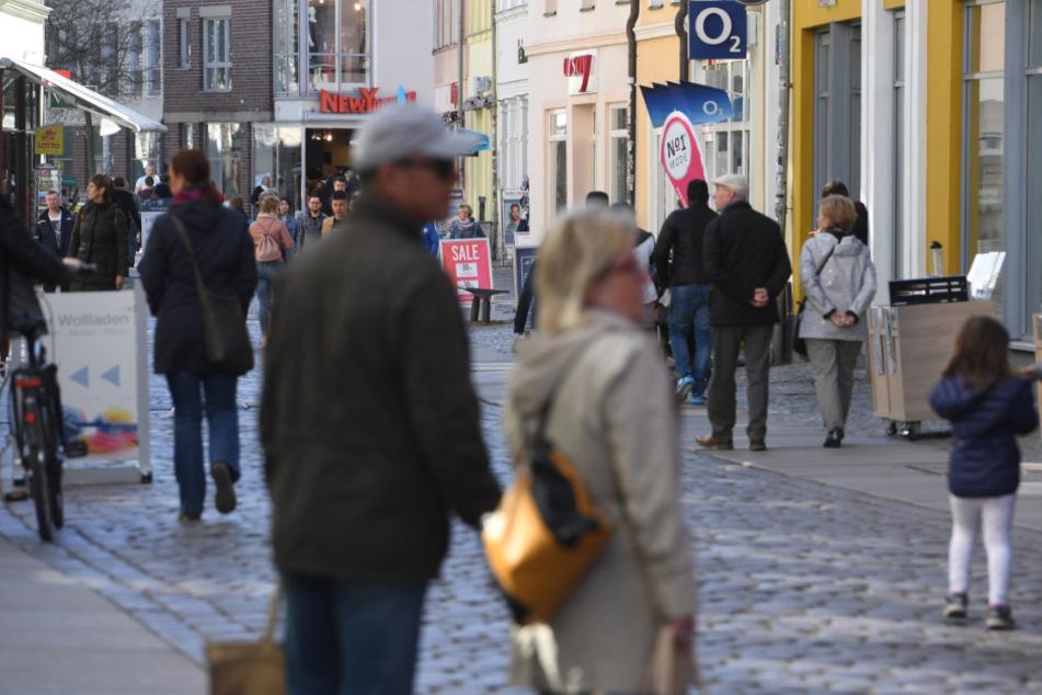 Die meisten Menschen wie hier in Stralsund halten sich an die Zwei-Personen-Regel. (Archivbild)