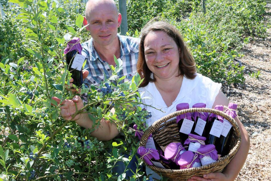Sandra und Ehemann Uwe Lorenz (51) machen aus ihren Heidelbeeren leckere Liköre, Sirups und Fruchtaufstriche.
