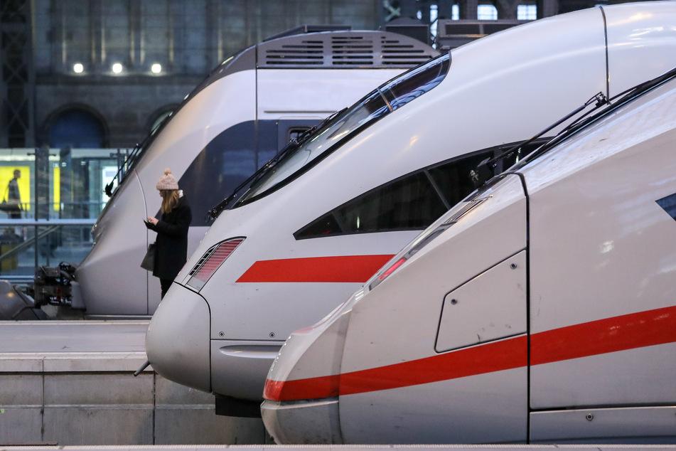 Nachdem am Mittwoch in einem ICE am Leipziger Hauptbahnhof ein präparierter Stecker, der zu einem tödlichen Stromschlag hätte führen können, gefunden worden war, ermittelt die Polizei. (Symbolbild)