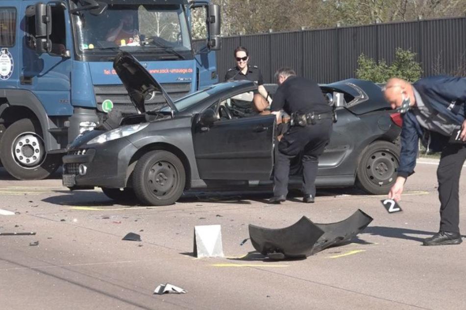 Tödlicher Unfall auf A1: Cabrio-Fahrer aus Wagen geschleudert und überfahren