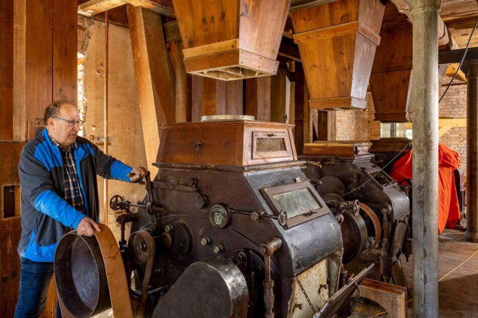 Damit die Mühle wieder anlaufen kann, legt Gottfried Schumann (63) einen Lederriemen für den Antrieb der Körnerquetsche auf.