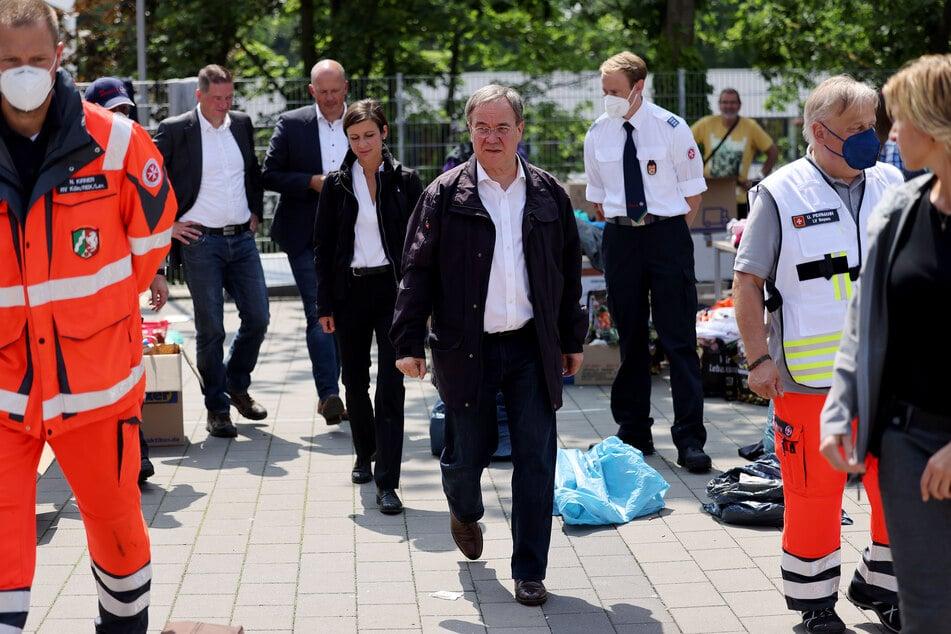 NRW-Ministerpräsident Armin Laschet (60, CDU, M.) macht sich ein eigenes Bild einer Notunterkunft in Erftstadt.