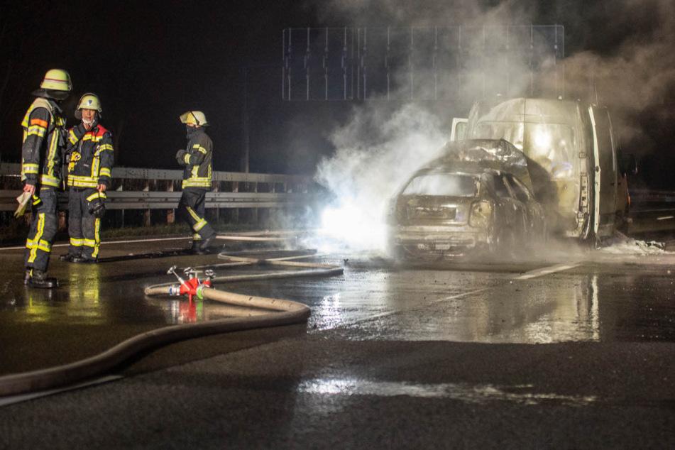 Die beiden zuletzt aufgefahrenen Fahrzeuge fingen Feuer. Der Audi A 3 eines 19-jährigen Wiesbadeners brannte komplett aus.
