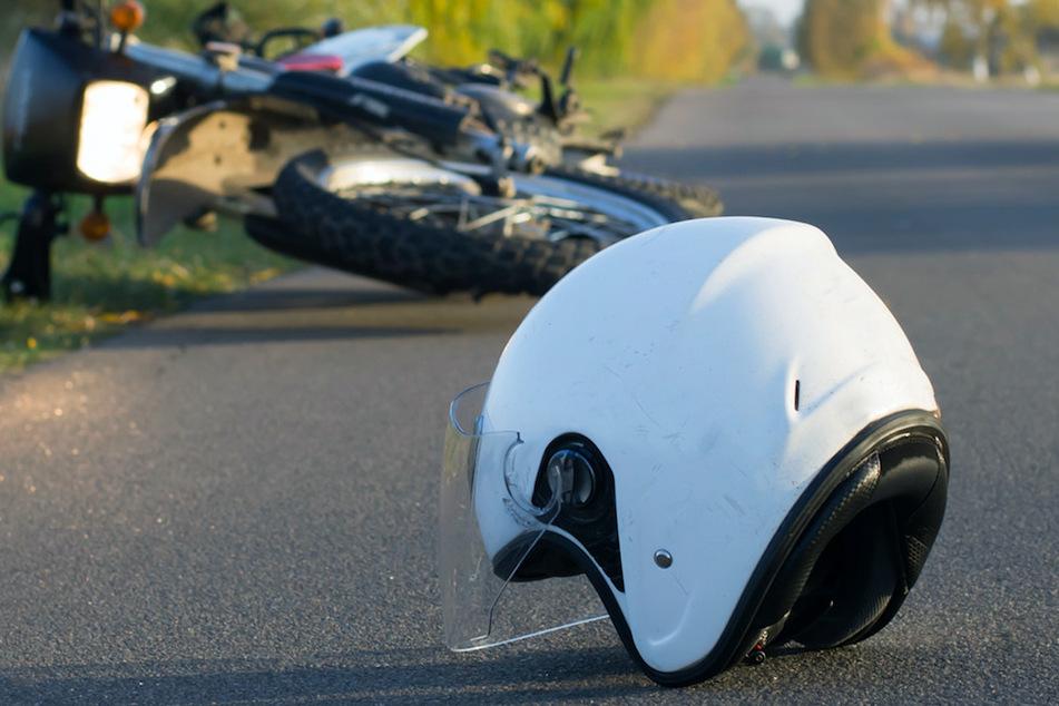 Tödlicher Zusammenstoß: Motorradfahrer kracht in Traktor-Anhänger