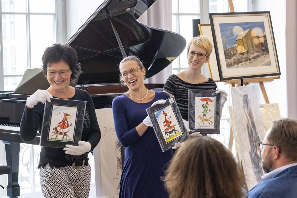 """Die """"Sonnenstrahl""""-Mitarbeiterinnen Silke Kaiser (55), Silvia Ender (33) und Annegret Riemer (39) präsentieren die Kunstwerke."""