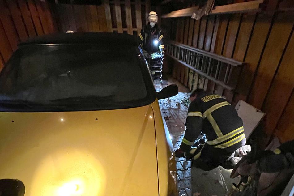 Die Feuerwehrleute lockten das Stachelschwein aus seinem Versteck unter dem Auto.