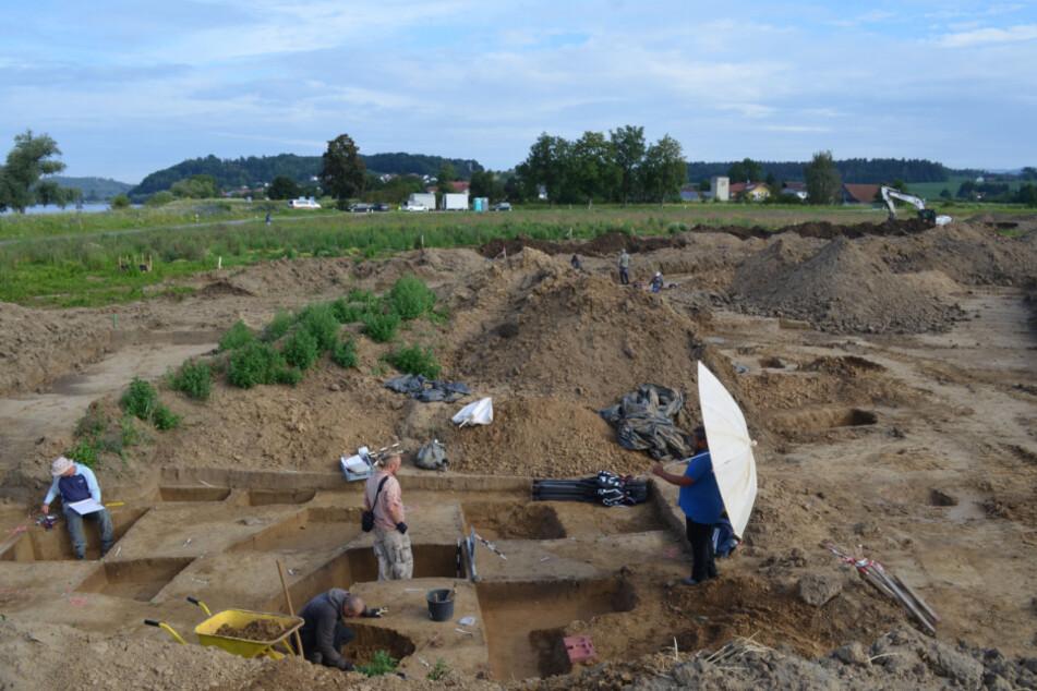 An der niederbayerischen Donau haben Historiker Hunderte archäologische Funde aus fast 5000 Jahren Menschheitsgeschichte entdeckt.