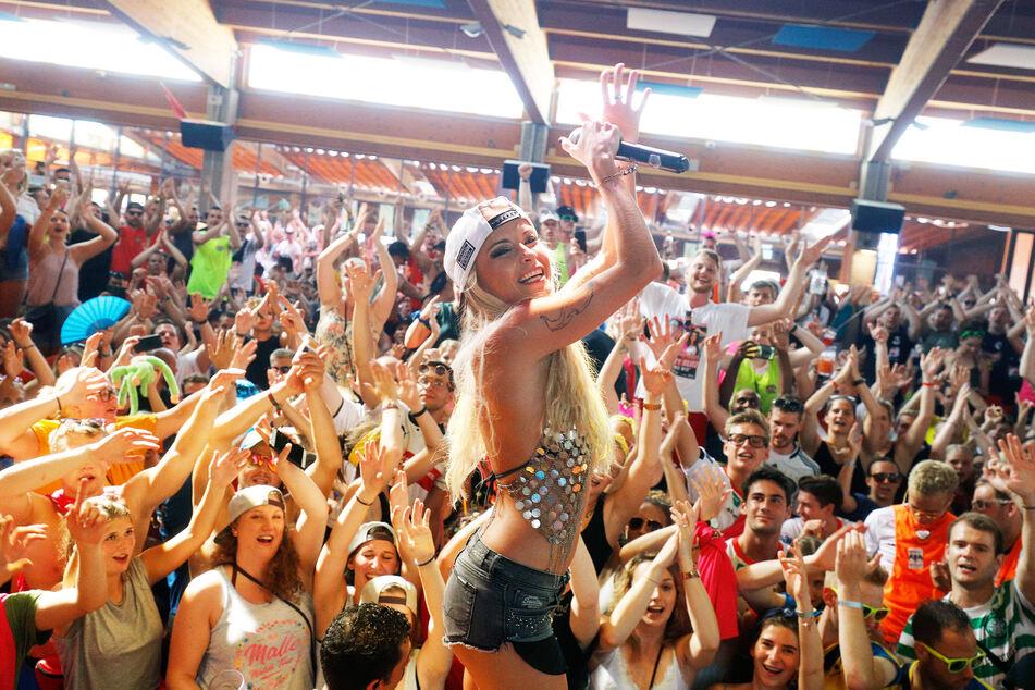 Auftritte wie etwa von der deutschen Sängerin Mia Julia (34) werden nach und nach wieder auf Mallorca ermöglicht.