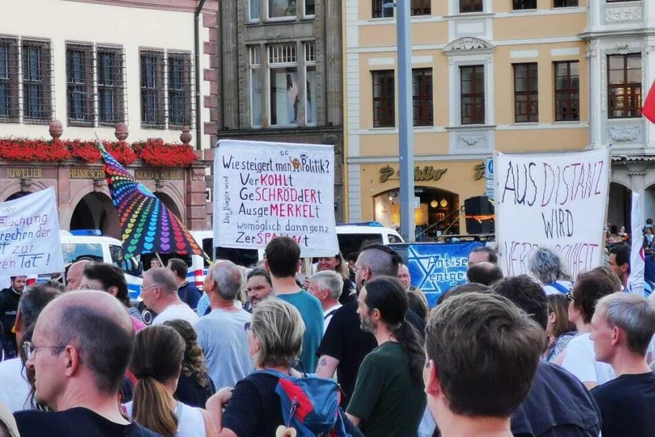 Die Teilnehmer der Demo waren mit zahlreichen Plakaten und Bannern ausgestattet.