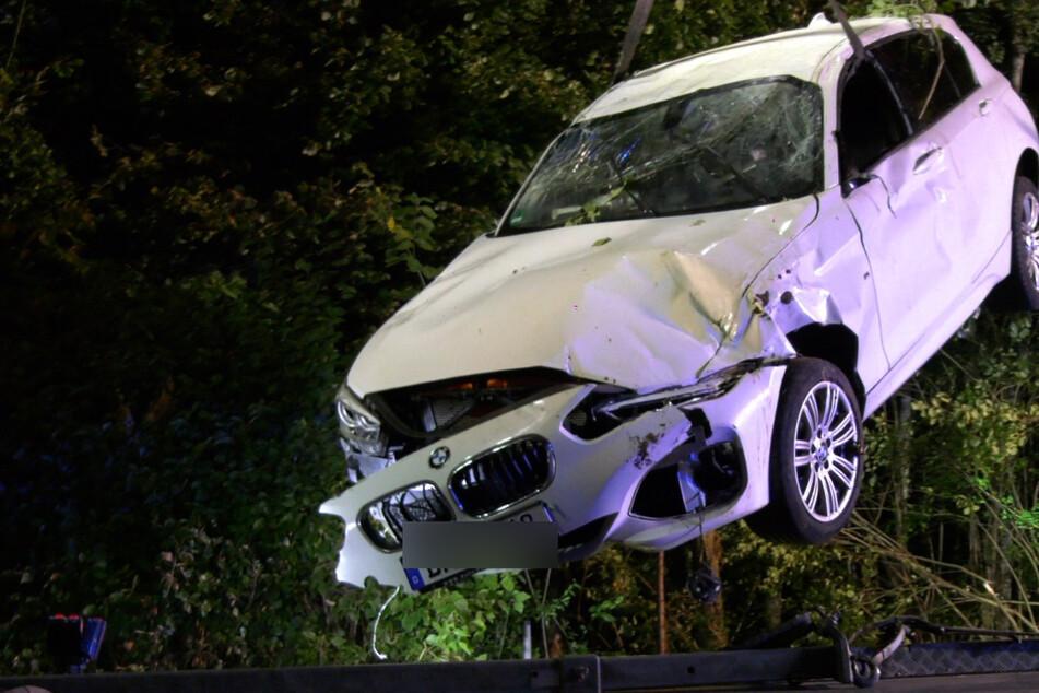 Zunächst musste der auf dem Dach liegende BMW aus dem Gebüsch befreit werden, ehe das Auto abgeschleppt werden konnte.