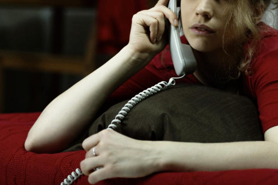 Eine Frau ruft die Telefonseelsorge an. Viele Mitarbeiter einer britischen Telefonseelsorge-Organisation haben die Nöte von Anruferinnen missbraucht. (Symbolbild)