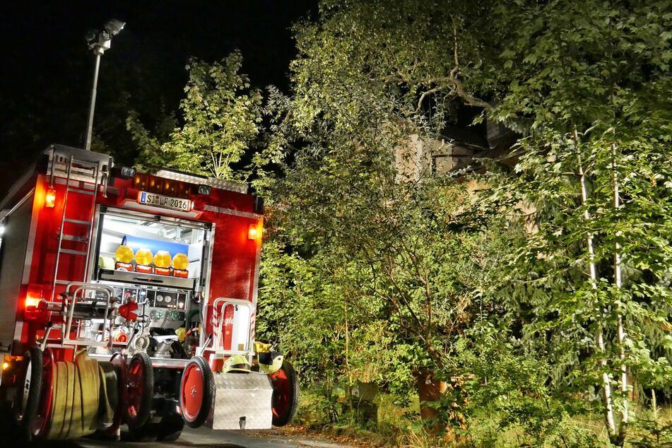Ein Feuerwehrauto vor dem Haus in Hilchenbach, in dem die Polizei im August 2020 die Leiche des 74-Jährigen fand.