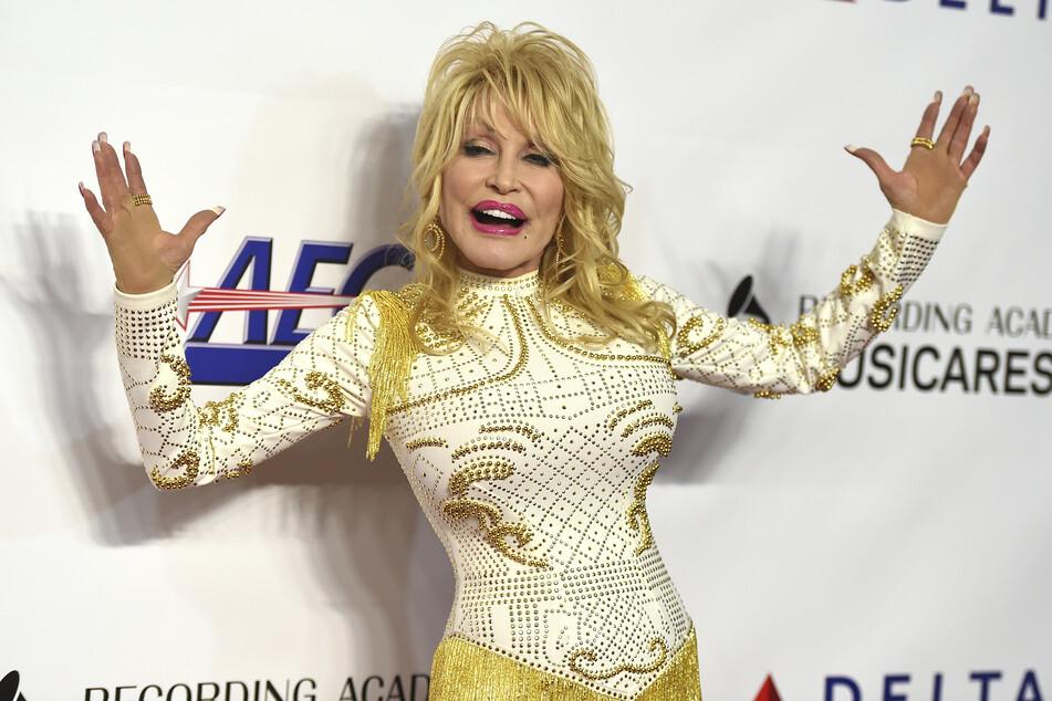 Sängerin Dolly Parton (74) half mit einer großen Geldspende von einer Million Dollar bei der Forschung für einen Corona-Impfstoff.