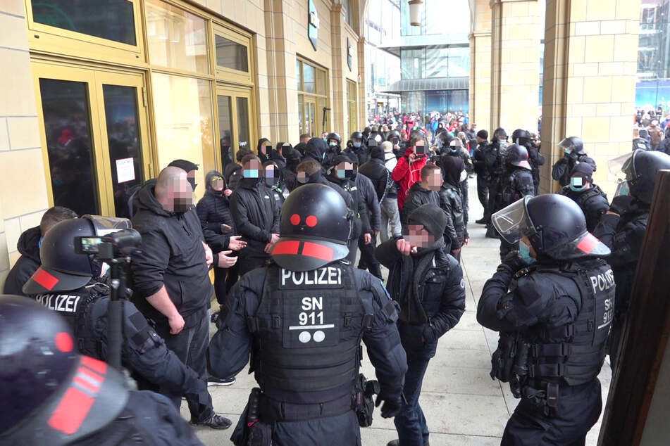 In der Chemnitzer Innenstadt war es am Samstag zu Ausschreitungen gekommen - eine Flasche und ein Beutel wurden gegen Polizeibeamte geworfen.