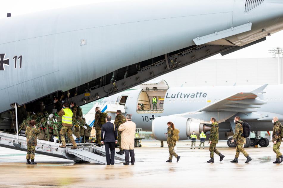 """Soldaten betreten ein Transportflugzeug vom Typ """"Airbus A400M""""auf dem Gelände vom Fliegerhorst Wunstorf. Mittlerweile sind sie in Portugal gelandet."""