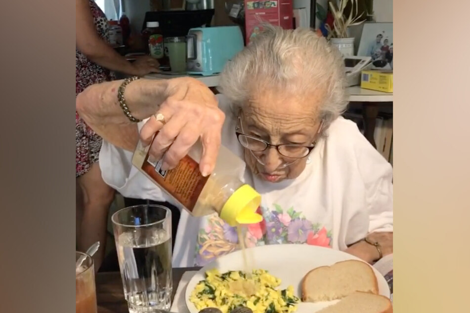 Mommom (89) und ihr Lebenselixier.