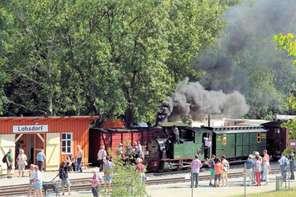 Die Schwarzbachbahn lädt in Lohsdorf zum Bahnhofsfest.