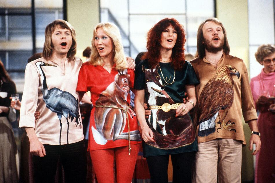 """Ulvaeus (v.l.n.r.) mit seinen Band-Kollegen Agnetha Fältskog (71), Anni-Frid Lyngstad (75) und Benny Andersson (74) bei einem Auftritt in der TV-Show """"Am laufenden Band"""" im Februar 1978."""