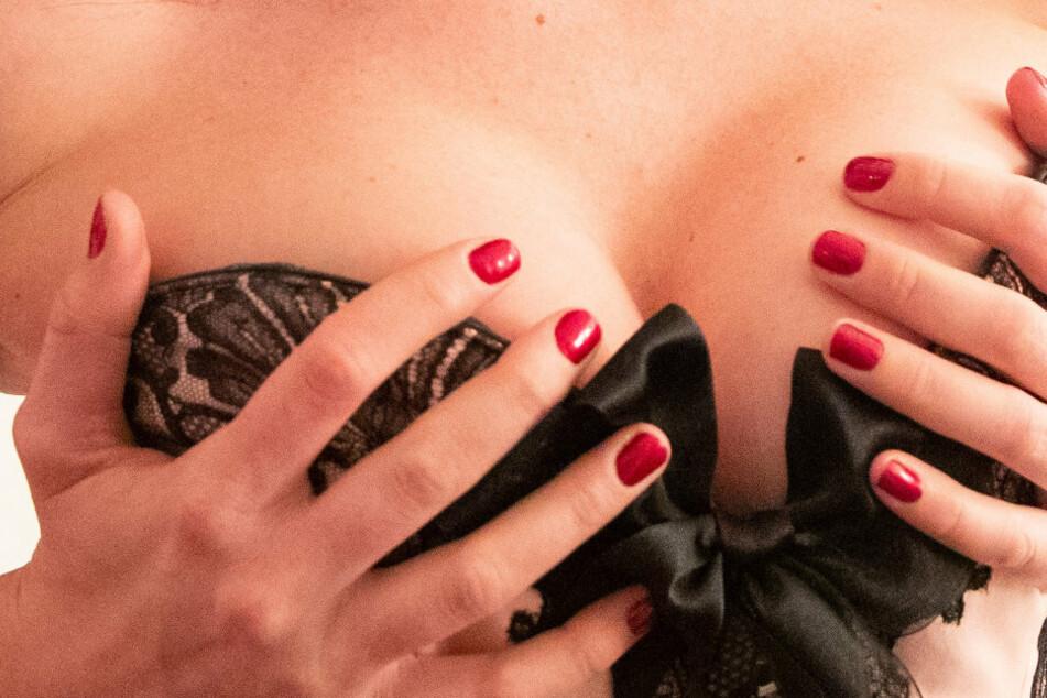 """Komplett nackt im Netz? Das zeigen die UserInnen nicht: Ihre Bilder haben stets das """"gewisse erotische Etwas""""."""