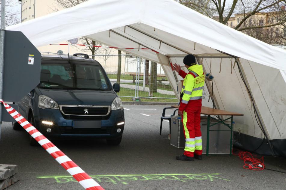 Thüringen, Gera: Ein Mitarbeiter des Arbeiter Samariter Bundes steht bei einem Probelauf neben einem Testfahrzeug in einem Zelt.