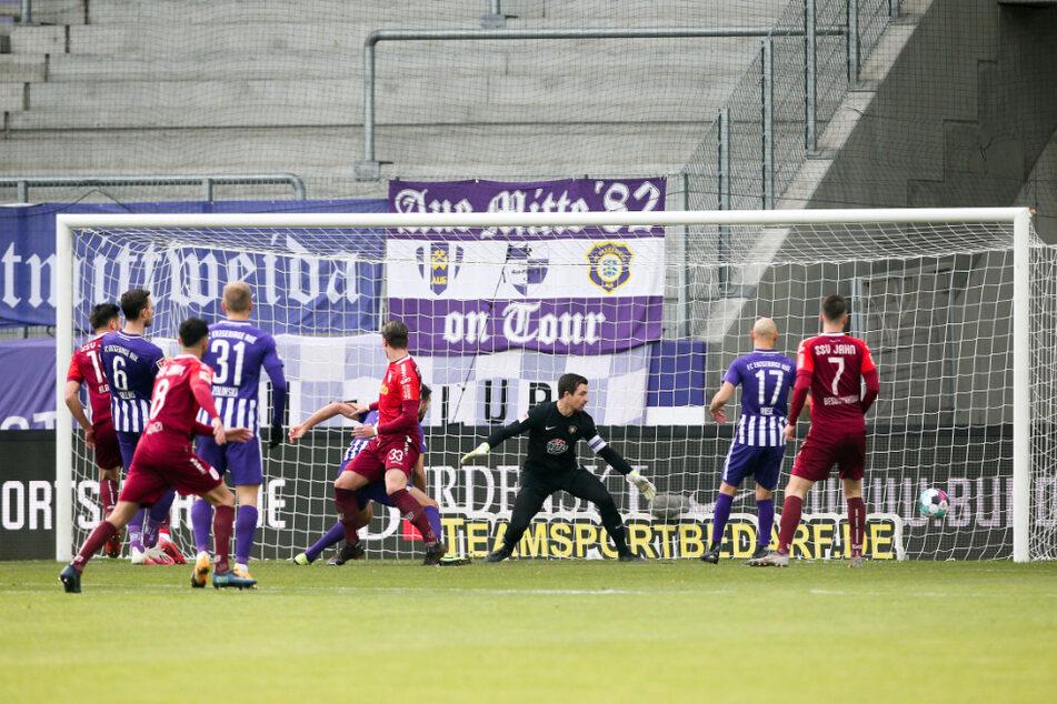 Tor für Regensburg: Jahn-Stürmer Andreas Albers trifft zum 0:1. Aue-Keeper Martin Männel (3.v.r.) kann dem Ball nur hinterherschauen.